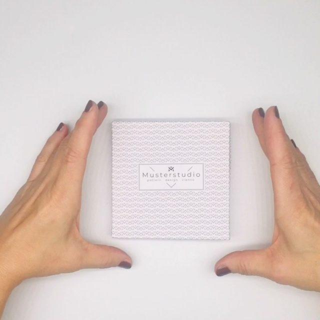 LoopINK Seidenarmband Wähle Muster, Farbe und den passenden Charm im Musterstudio Onlineshop (internationaler Versand)! Der LoopINK wird im Musterstudio entworfen, genäht und in einer handgefertigten Box verpackt- ab 39 € #modeaccesoires #seidenarmband #modetrends #handmade