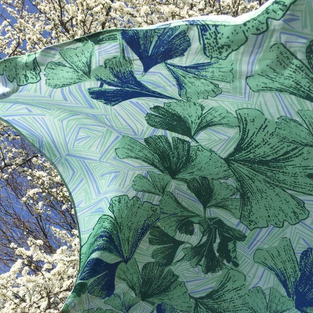 Frühlingsstimmung mit Tuch GINKO  Ginko Blätter verteilen sich großzügig auf einem geometrischen Retromuster. Das große quadratische Tuch aus hochwertiger Viskose ist fließend, weich und sehr angenehm zu tragen.  #tücherliebe #patterndesign #muttertagsgeschenke
