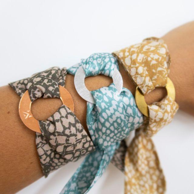 LoopINK Viele neue Muster!!! Dieses chice Seidenarmband bringt einen farbigen Akzent in dein Outfit. Als edle Variante kann der runde Charm auch vergoldet oder versilbert werden.  #seidenarmband #patterndesign