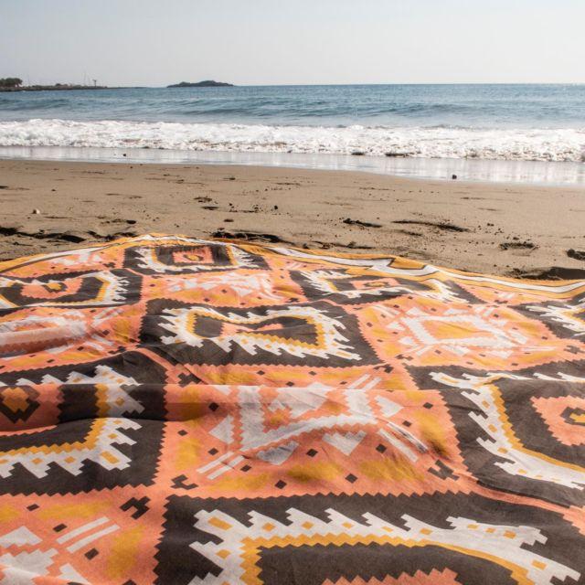Dein Musterstudio Tuch ist das perfekte Urlaubsaccessoire- als Strandpareo oder zum Top gebunden und passt garantiert noch in den vollsten Koffer… 😅 #patterndesign #strandtuch #scarflovers